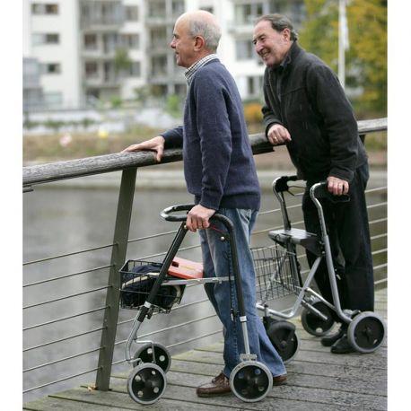 وظایف پرستار سالمندی که با واکر راه می رود