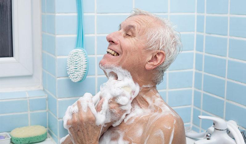 حمام کردن سالمندان به وسیله پرستاران